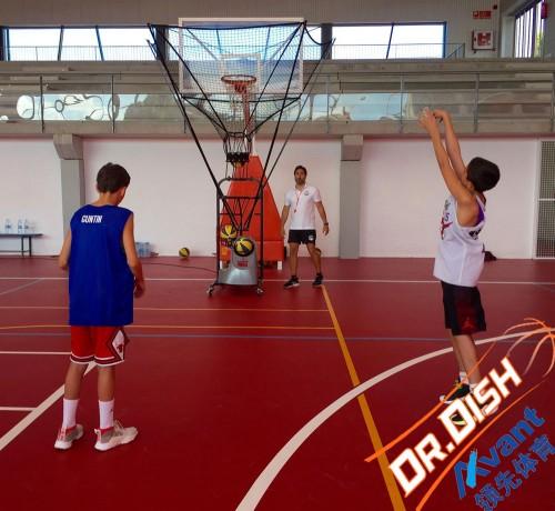 《【二号站娱乐app登录】使篮球自动发球机训练的时候再也不用捡球了》
