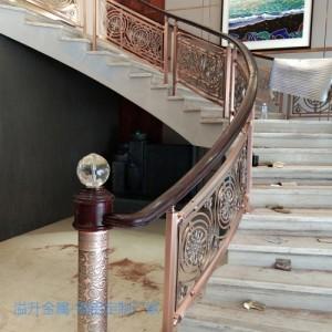 别墅镀金铜楼梯雕花护栏提升了空间艺术感