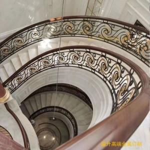 新中式铜艺镀金楼梯护栏视觉上的美感